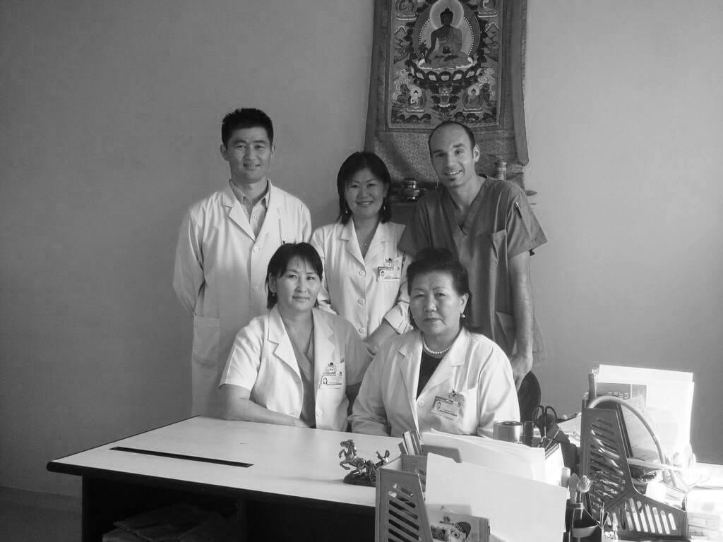 Hospital Ulan Bátor con equipo medico
